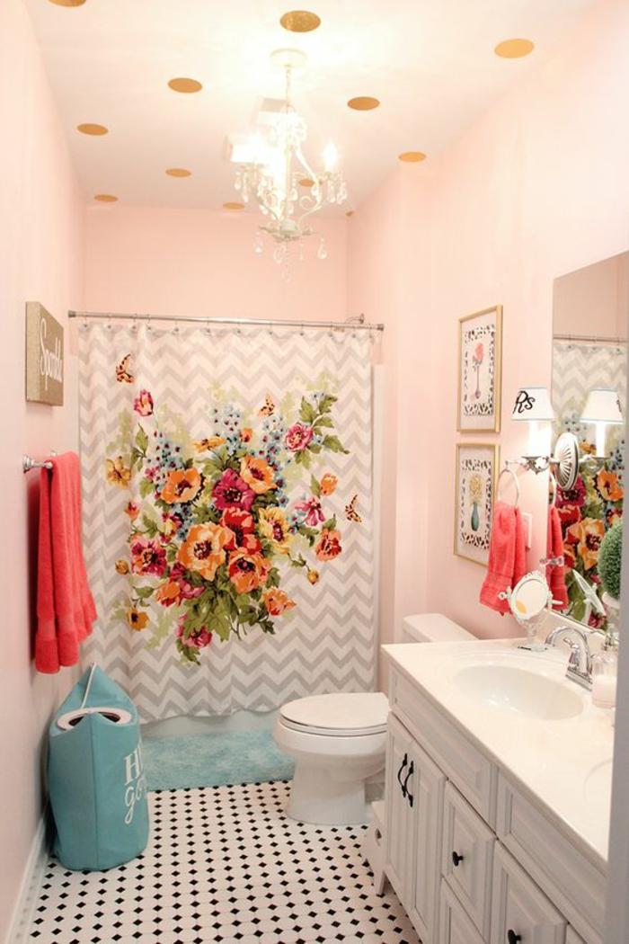 salle de bain petite aux couleurs bonbon avec un plafond aux grands pois dorés
