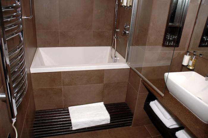 amenagement salle de bain 7m2 baignoire gain de place carrée