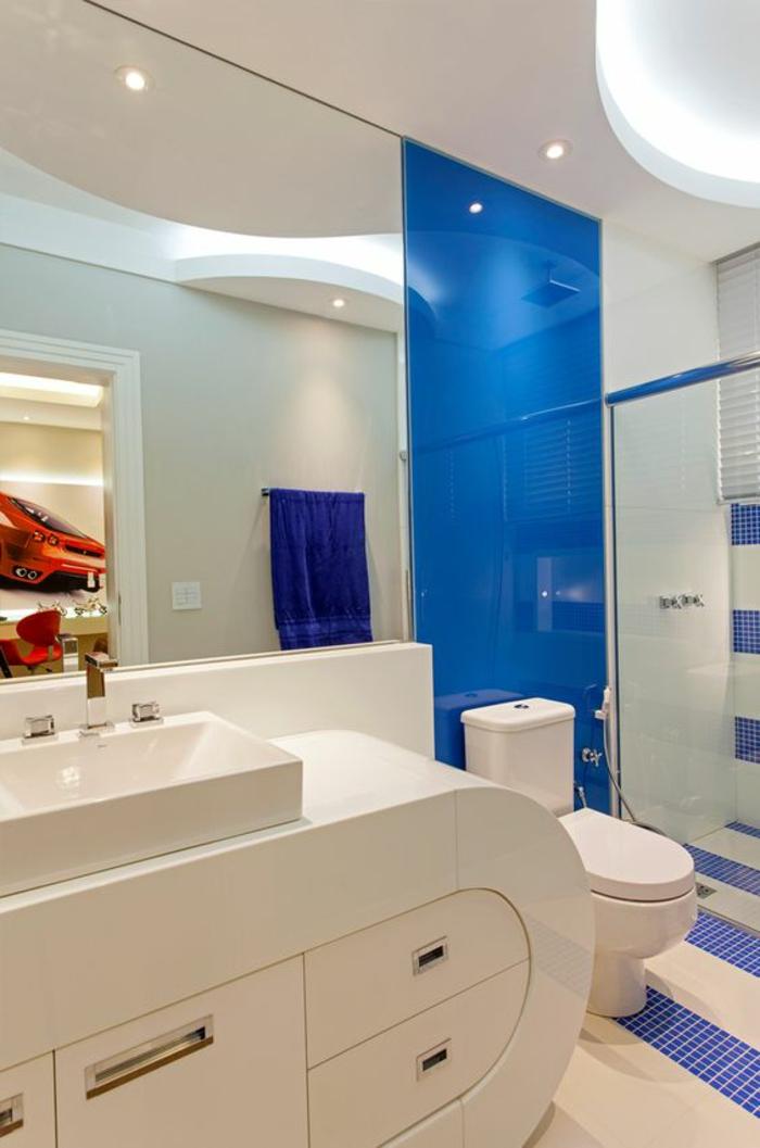 salle de bain petite modele tendance en bleu et blanc formes meubles arrondies