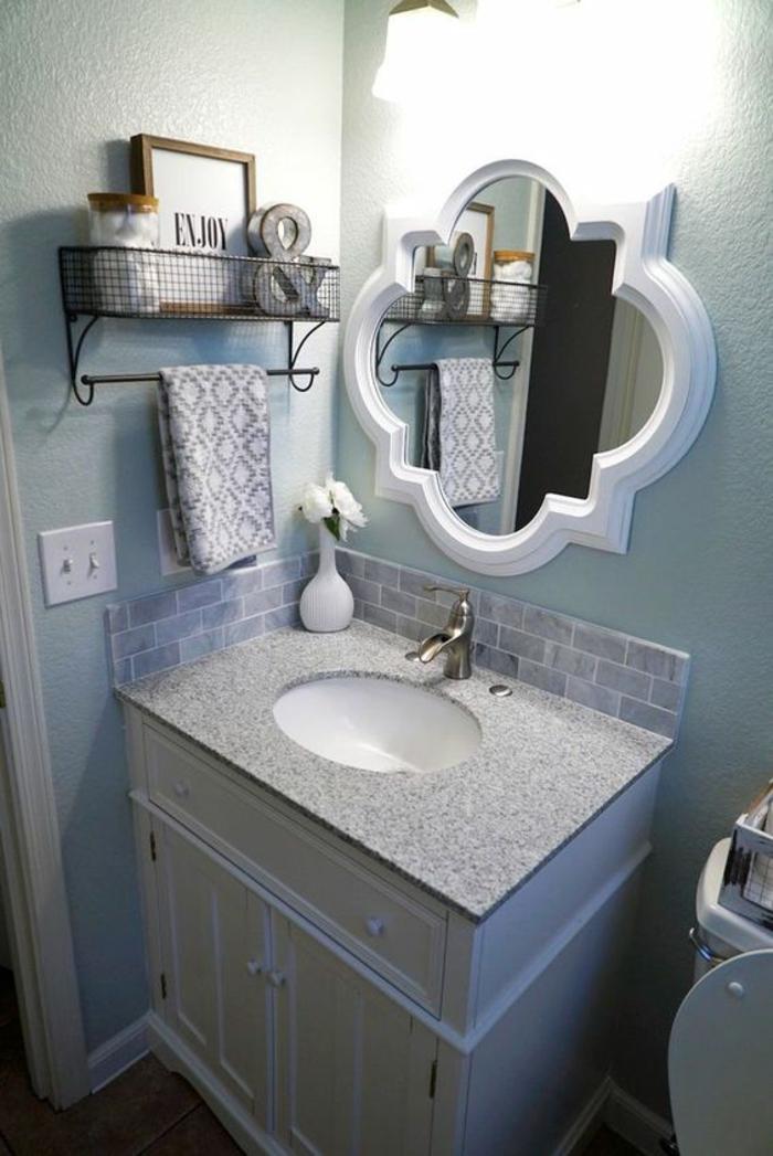 petites salle de bain avec miroir blanc forme baroque et meuble colonne pour le lavabo en blanc