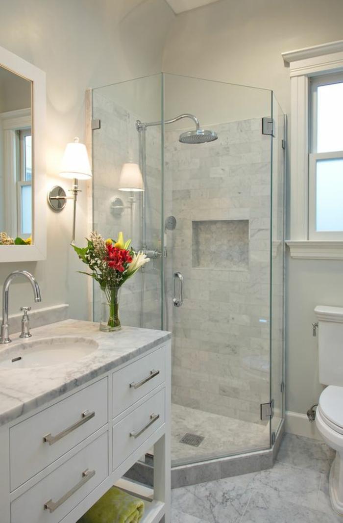 petite salle de bain avec douche italienne angulaire grand miroir blanc