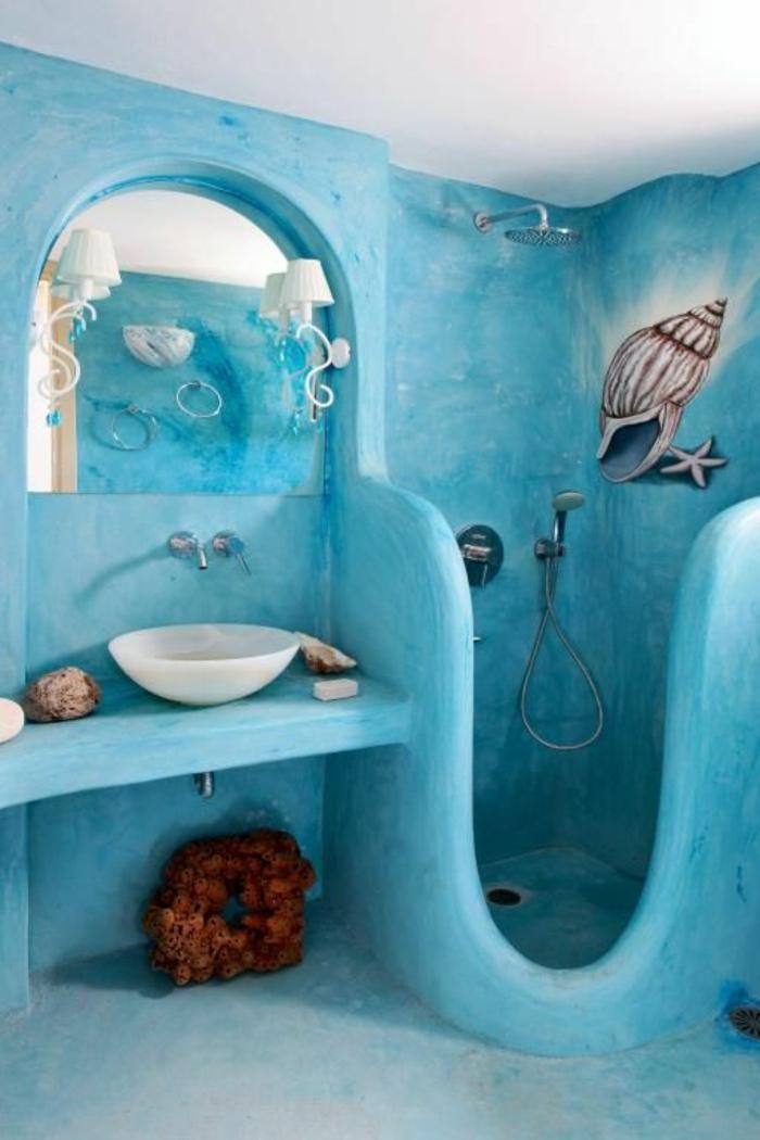 petit salle de bain en bleu turquoise avec décoration marine et lavabo rond blanc