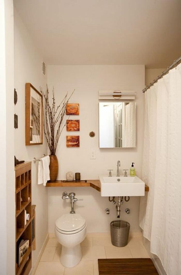 salle de bain petite et étroite en aménagement en longueur avec rideaux blancs