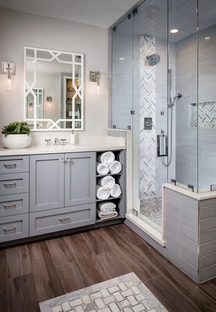 petit salle de bain avec sol au revetement en bois PVC en couleur lavande