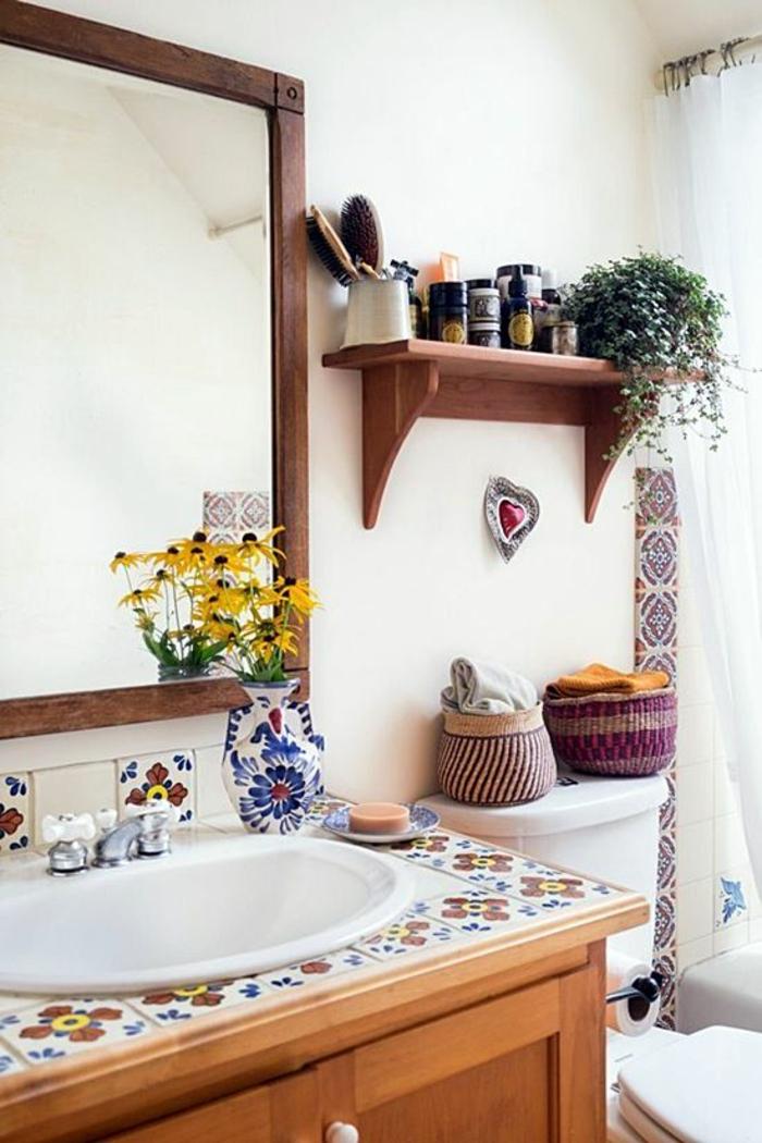salle de bain très petite avec carrelage en fleurs sur le meuble style vintage