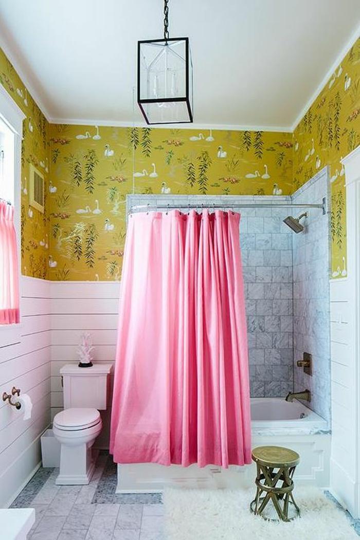 petites salles de bain ambiance déchainée zones aux diverses revetements et motifs colorés