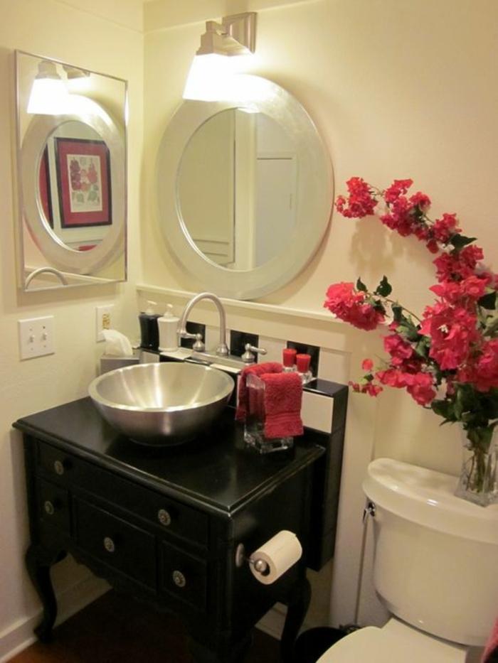petite salle de bains avec deux miroir cote a cote rond et carre pour plus de luminosité