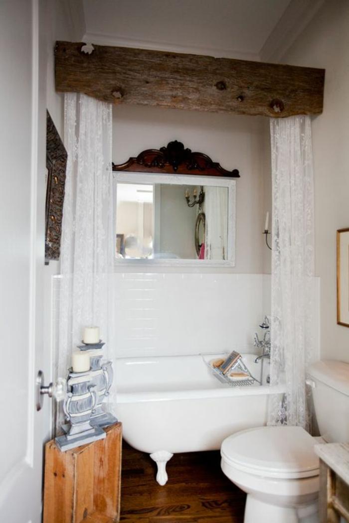 salle de bain très petite sans un style rustique et vintage avec des rideaux dentelle au dessus de la baignoire