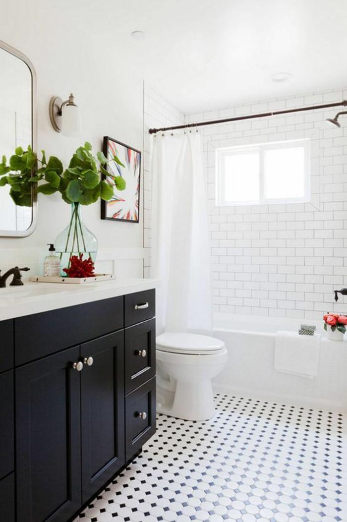 petit salle de bain avec meuble noir avec des rideaux blancs dalles en noir et blanc