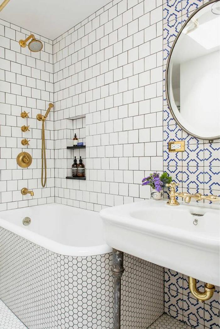 petite salle de bains briques blanches ruches et motifs grecques en bleu et blanc