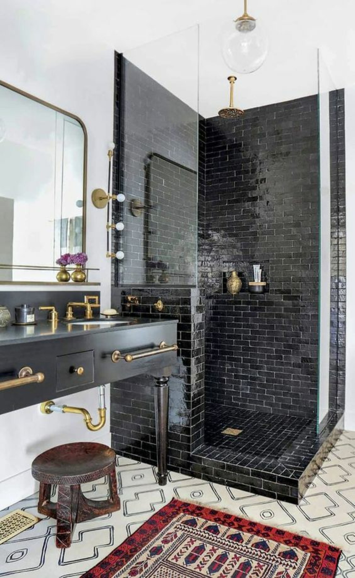 petites salles de bains avec douche italienne aux briques noires robinets et poignets des meubles en couleur dorée