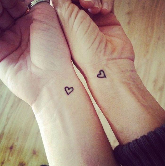 mini tatouages amour petits coeurs sur le poignet tattoo symbole couple
