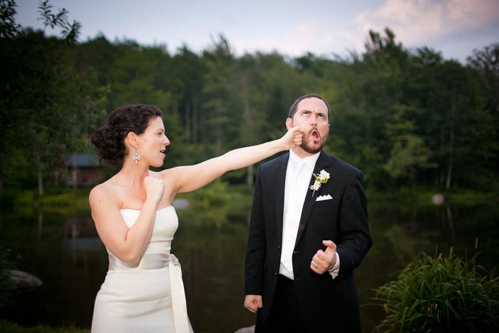une photo de couple insolite dans un cadre naturel, un faux coup de poing