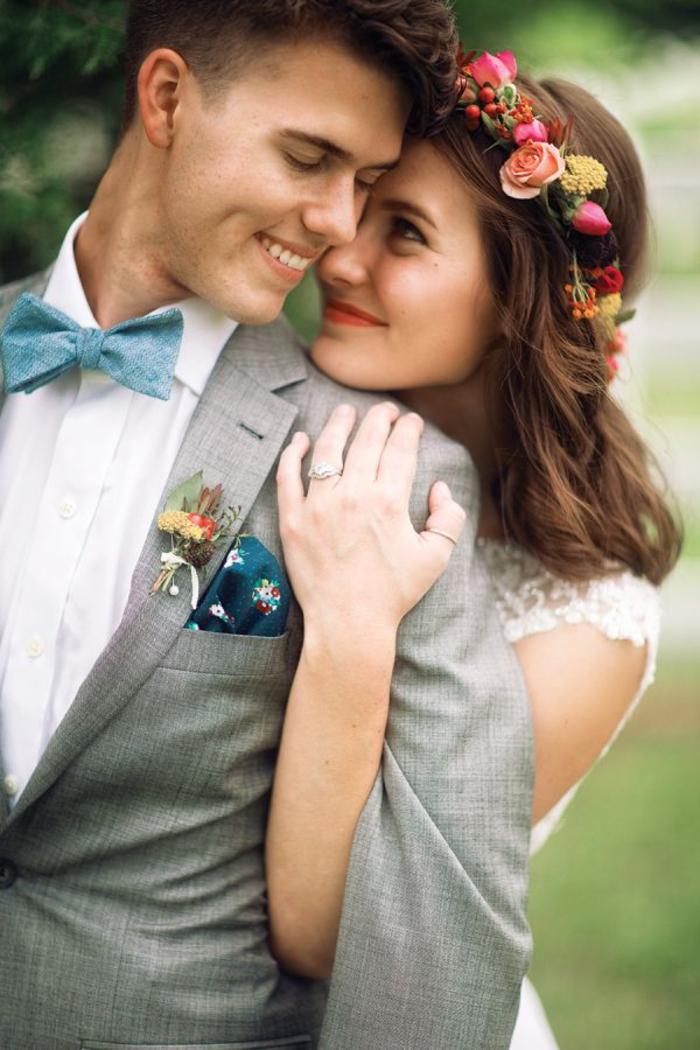 une adorable photo de couple de mariés dans un cadre champêtre