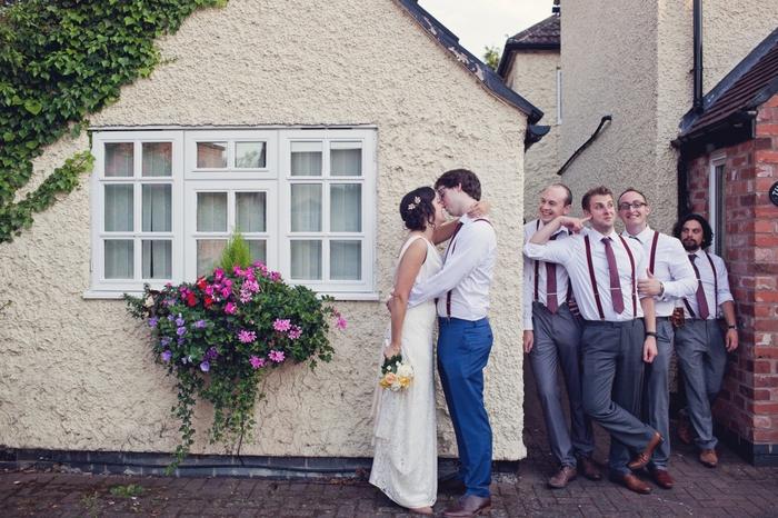 un mariage original bohème chic, comment réaliser une jolie photo mariage de groupe