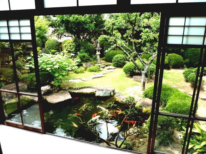 déco de jardin zen, bassin, petit étang, carpe koi avec pelouse, chemin de pierres, arbustes et arbres, lanterne en pierre