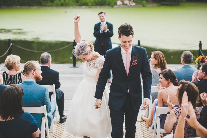 une photo originale de couple après la cérémonie, cliché de la mariée triomphante