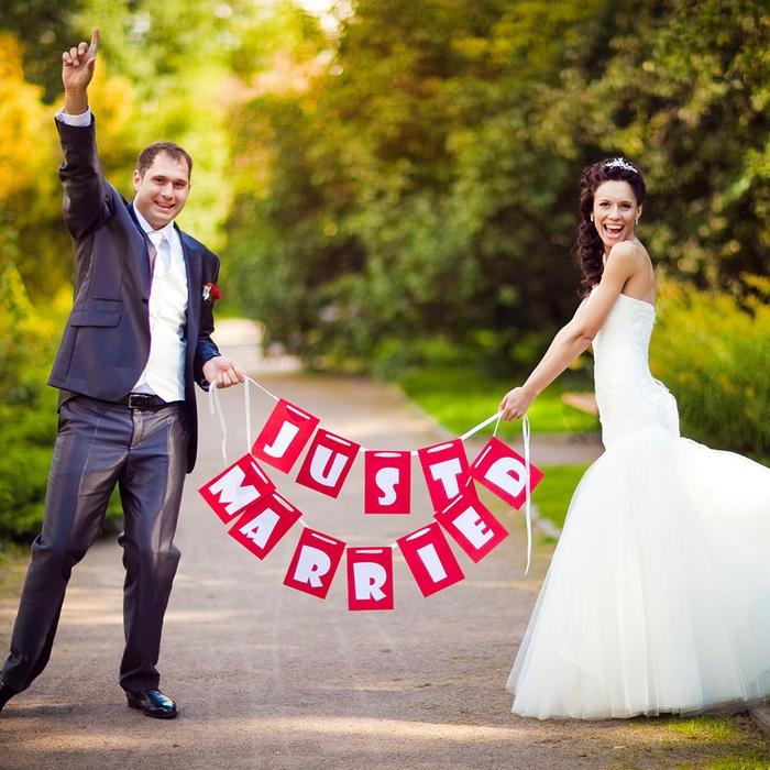 photo de couple de mariés heureux après la cérémonie, cliché naturel et sans artifice
