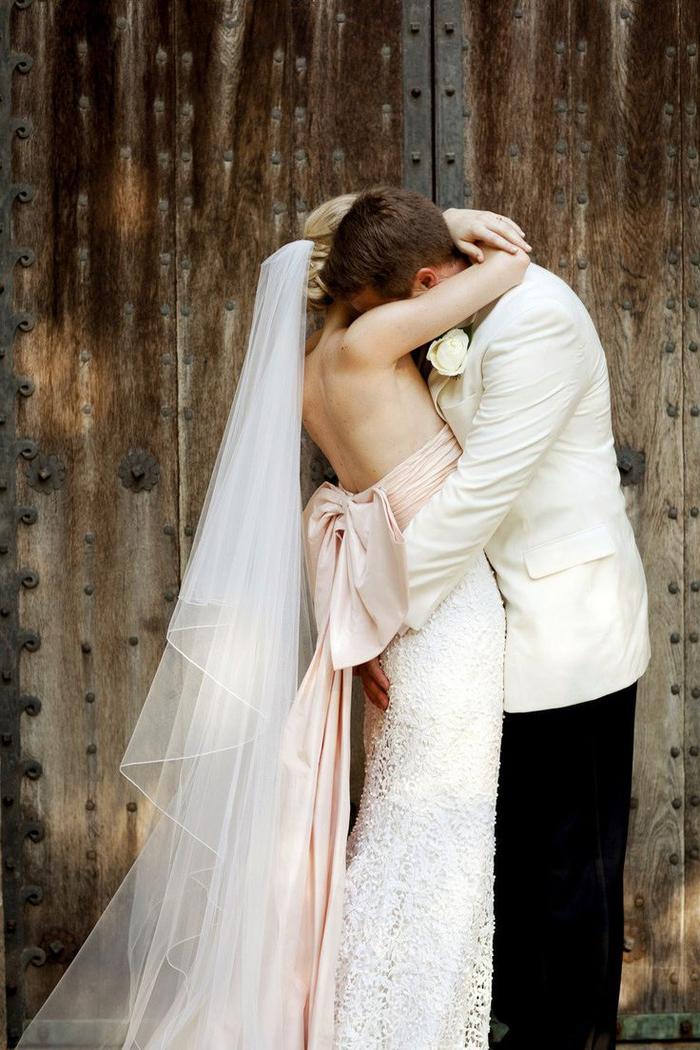une photo mariage romantique et tendre de couple de mariés, moment intime capté pas le photographe