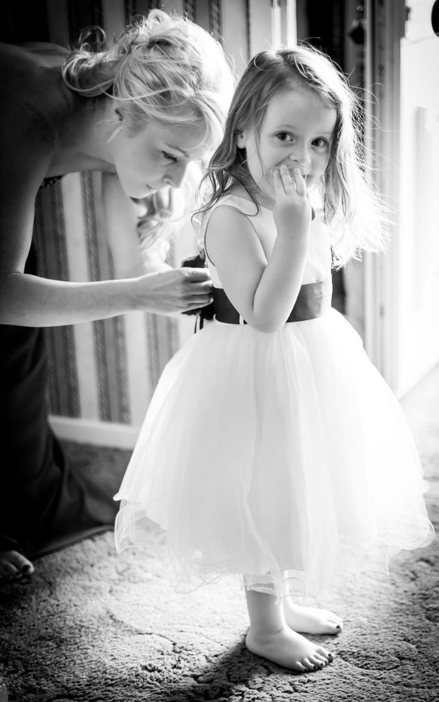 comment réaliser d'adorables photos de mariage avec des enfants, petite fille trop mignonne vêtue en robe de fille d'honneur