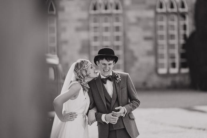 une photo de couple décalée en noir et blanc, une mariée espiègle qui tire la langue