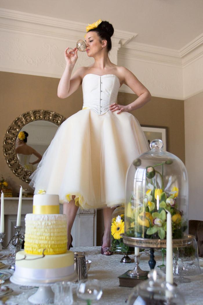 un joli portrait de mariée rebelle, photo originale de la mariée montée sur une table élégante