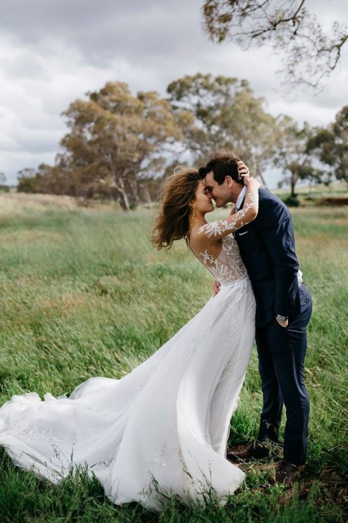 une photo de couple romantique qui met le vent au service de la photographie