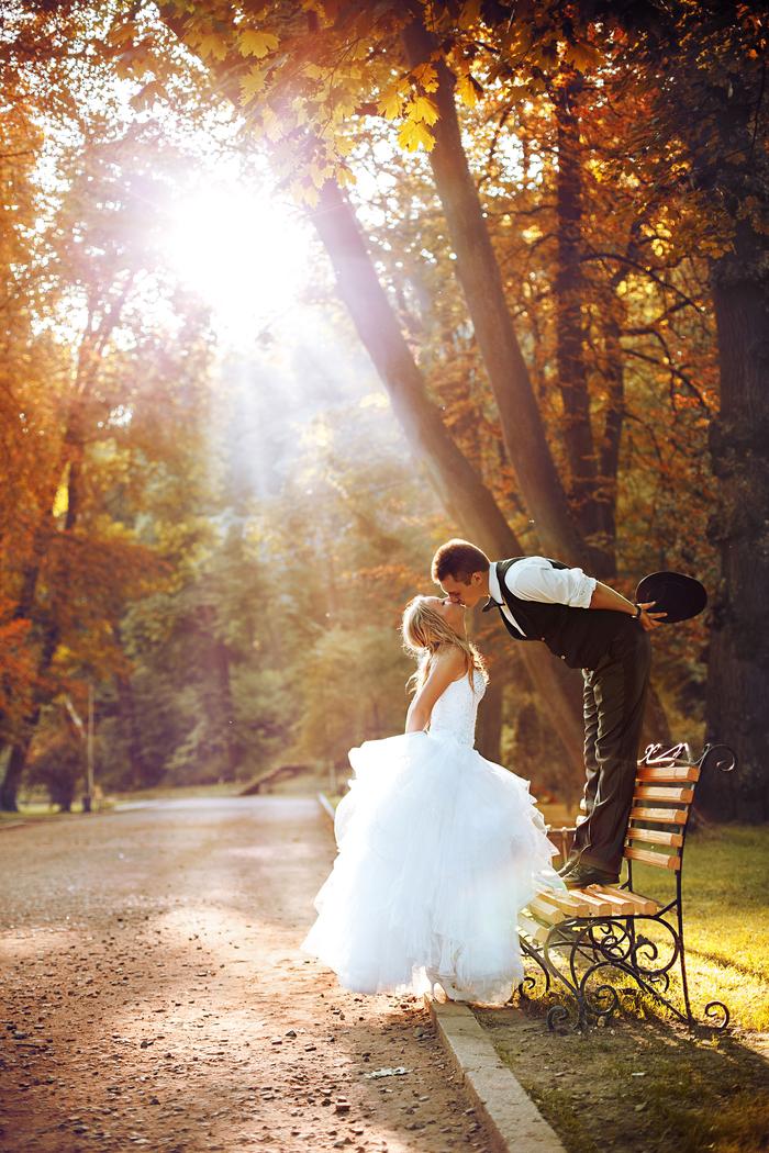 photo de couple romantique qui capte une belle lumière d'automne, photo posé naturelle