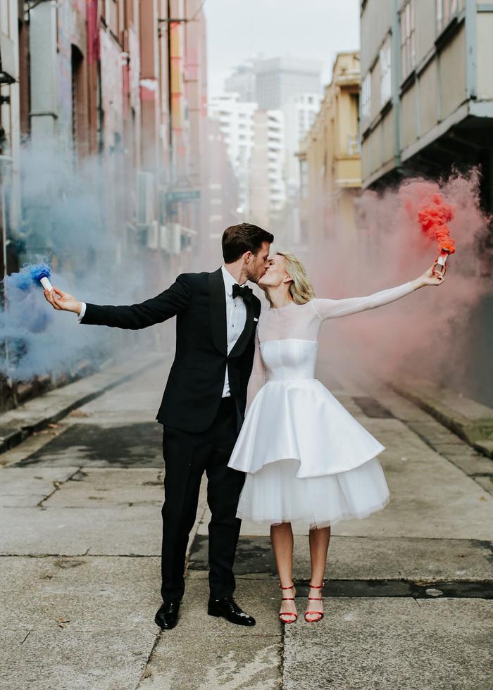 un mariage urbain original, photo de couple tendance avec des bombes de fumée colorée