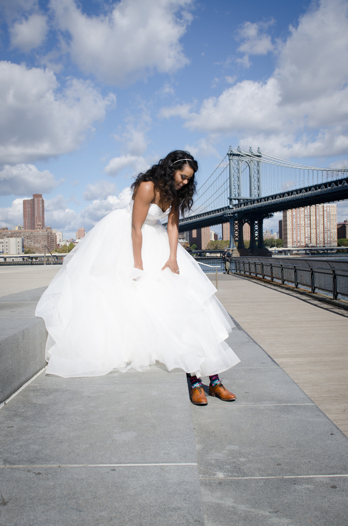 une photo mariage trompe l'oeil dans un cadre urbain, robe de mariée volumineuse qui cache le marié