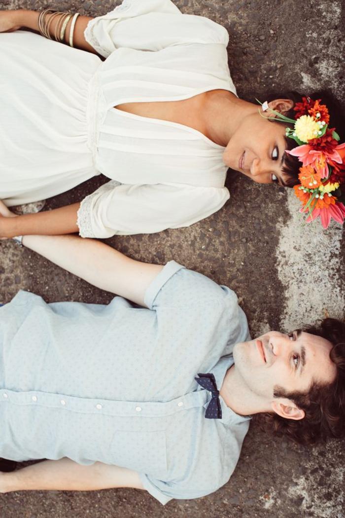 une photo mariage prise de point de vue originale, couple de mariés allongés sur terre