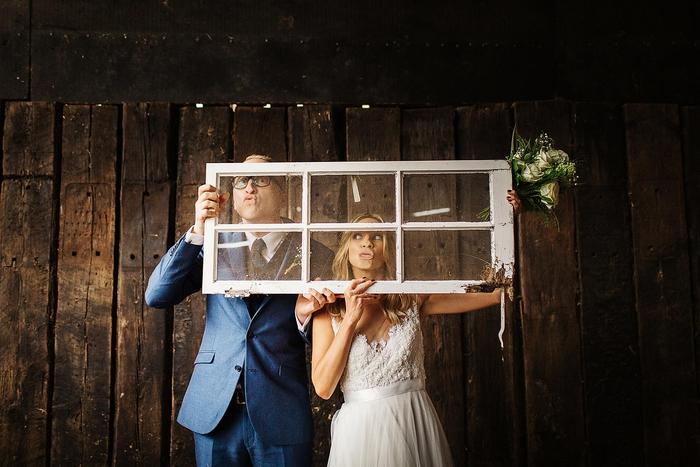 une séance photo originale et décalé avec un ancien cadre de fenêtre, photo de couple rigolote