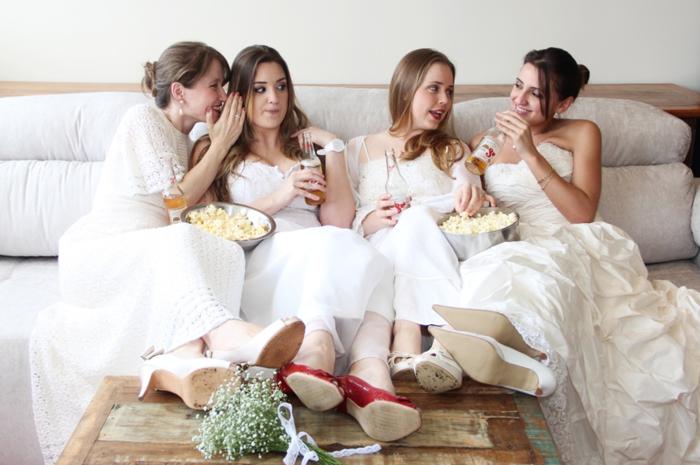 séance photo originale et décontractée des préparatifs de la mariée