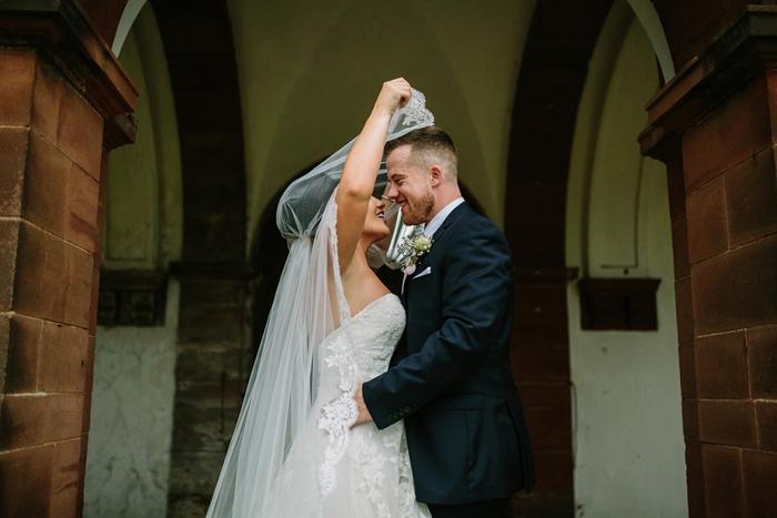 une jolie photo de couple sous le voile de mariée, photo de mariage à la sortie de l'église