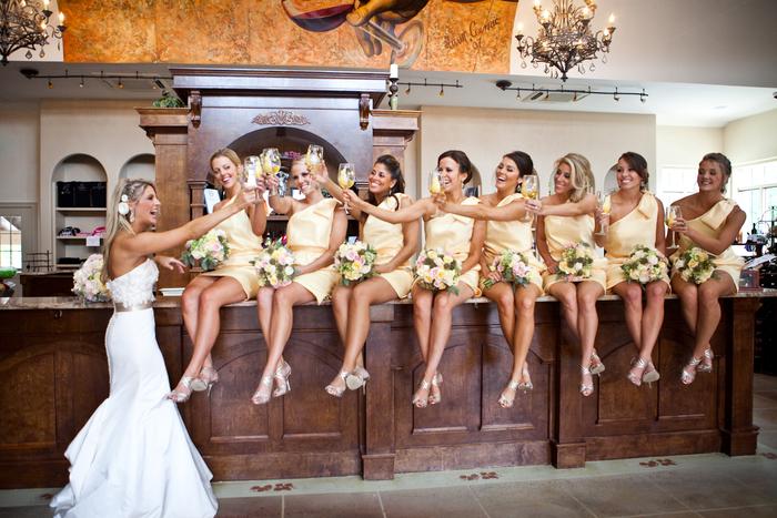 photo originale de la mariée avec ses démoiselles d'honneur portant un toast