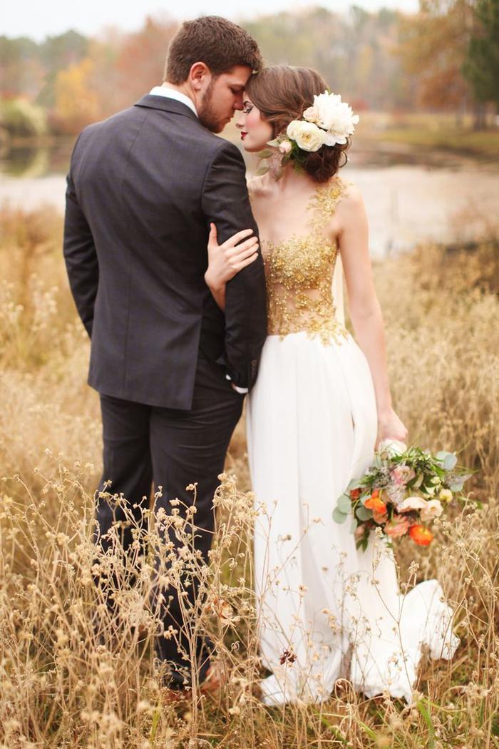 une séance photo intime et romantique dans les champs aux couleurs d'automnale, photo de couple pleine d'intimité