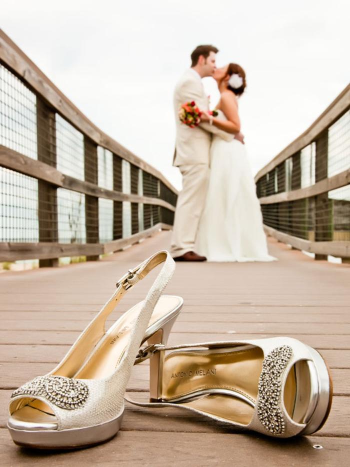 photo originale des chaussures de la mariée en premier plan, jolie photo de baiser