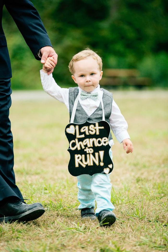 petit garçon d'honneur qui précède la mariée, adorable photo mariage avec enfant