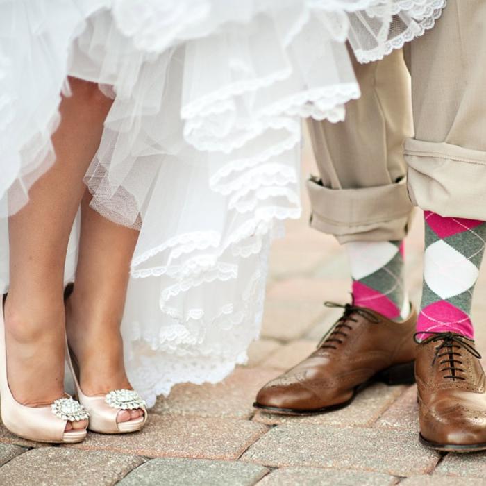 un photo mariage qui met en valeurs les petits détails, un portrait de pied original