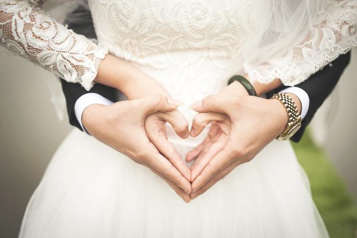 photo de couple originale avec les mains des mariés formant un coeur