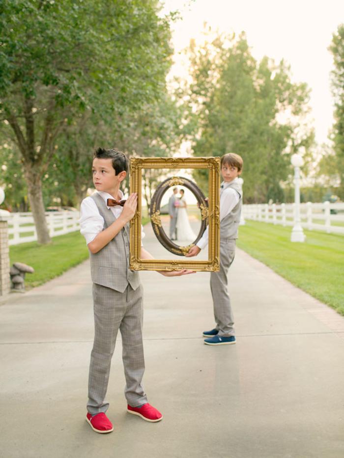 comment faire participer les enfants dans les photos de mariage, un adorable portrait de couple encadré