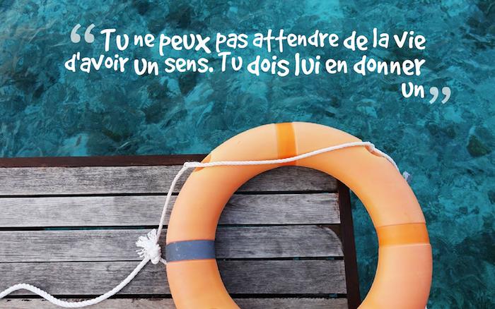 phrase sur la vie, image piscine avec lettres inspirantes, photo d'été, ponts en bois et bouée de sauvetage