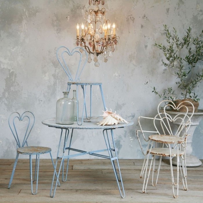 décoration shabby chic, style bord de mer, chaises et table minimaliste en metal, lustre baroque, parquet en bois usé et plante verte