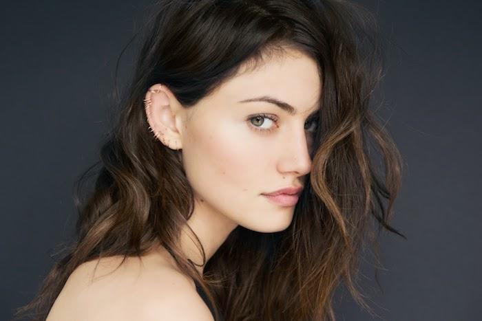piercing oreille, Phoebe Tonkin, anneaux en or pour les oreilles, série tv H2O, cheveux bouclés