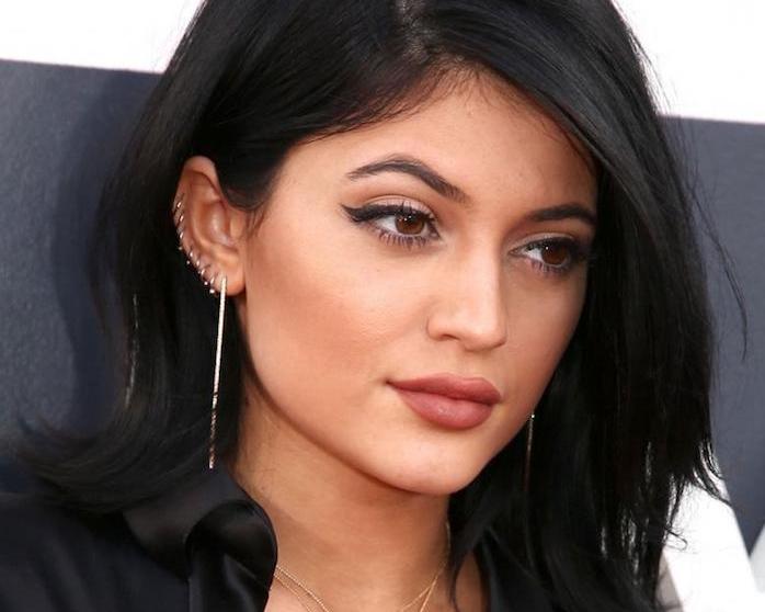 piercing oreille, maquillage avec eye-liner noir, anneau pour oreilles en or, piercing femme