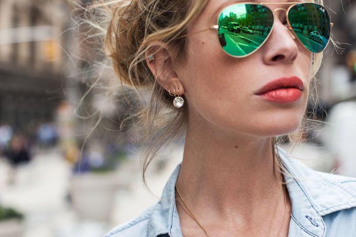 piercing femme, chemise en jean femme, collier en or, boucles d'oreilles, lunettes de soleil femme