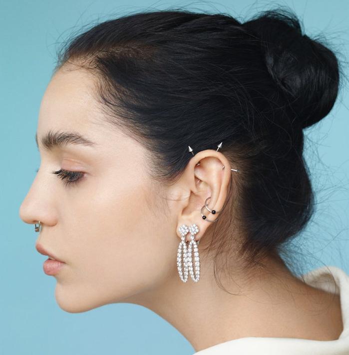 piercing anti helix, fard à paupières orange pastel, piercing cartilage, coiffure avec chignon