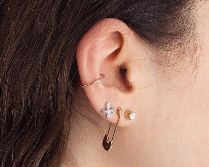 piercing oreille, cheveux marron, piercing femme, boucles d'oreilles en cristaux