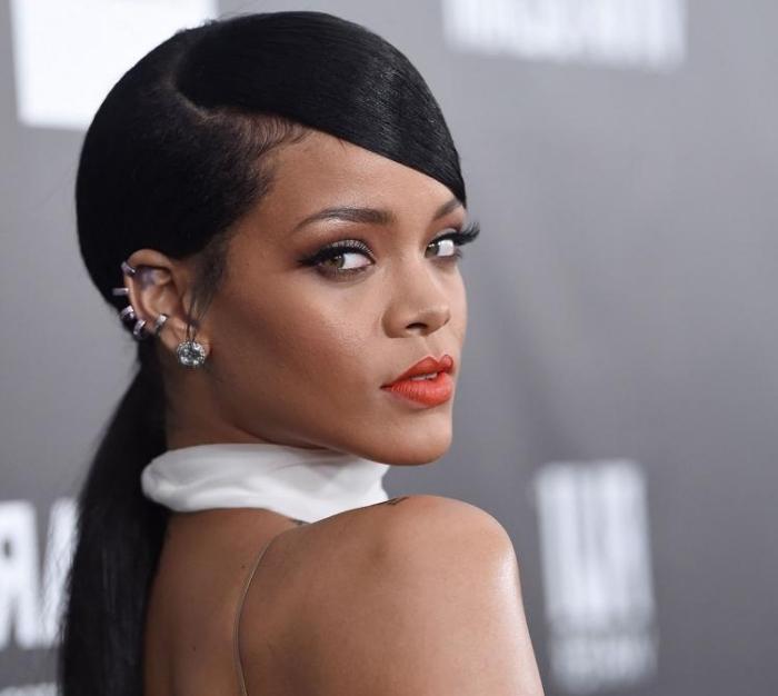 piercing oreille, tatouage cou, lèvres rouge, Rihanna, cheveux noirs, coiffure avec queue de cheval bas, tatouage femme