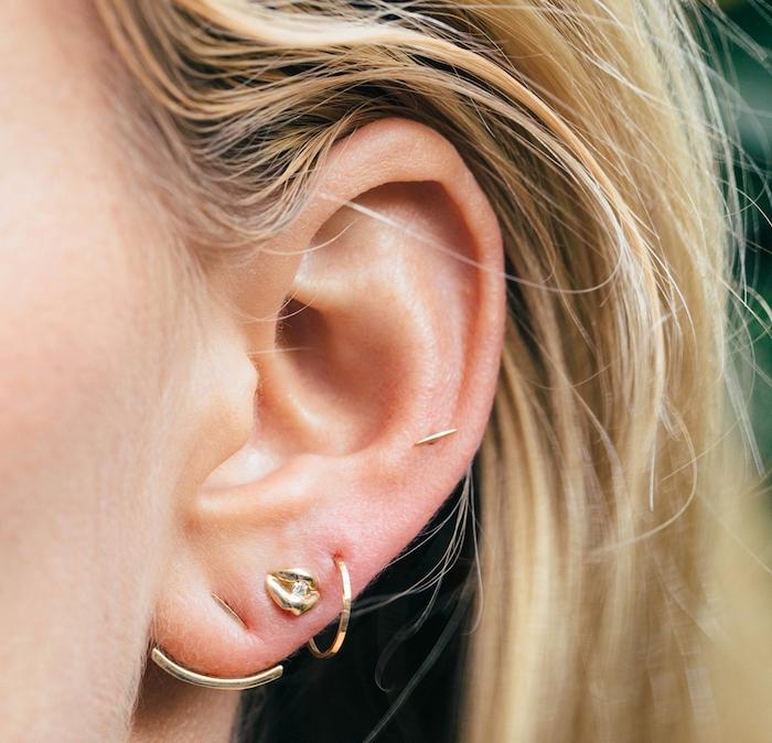 piercing oreille, coloration blond californien, bijoux discrets pour femme, boucles d'oreilles en or